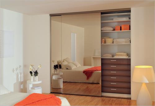 Линеен гардероб с огледални плъзгащи врати